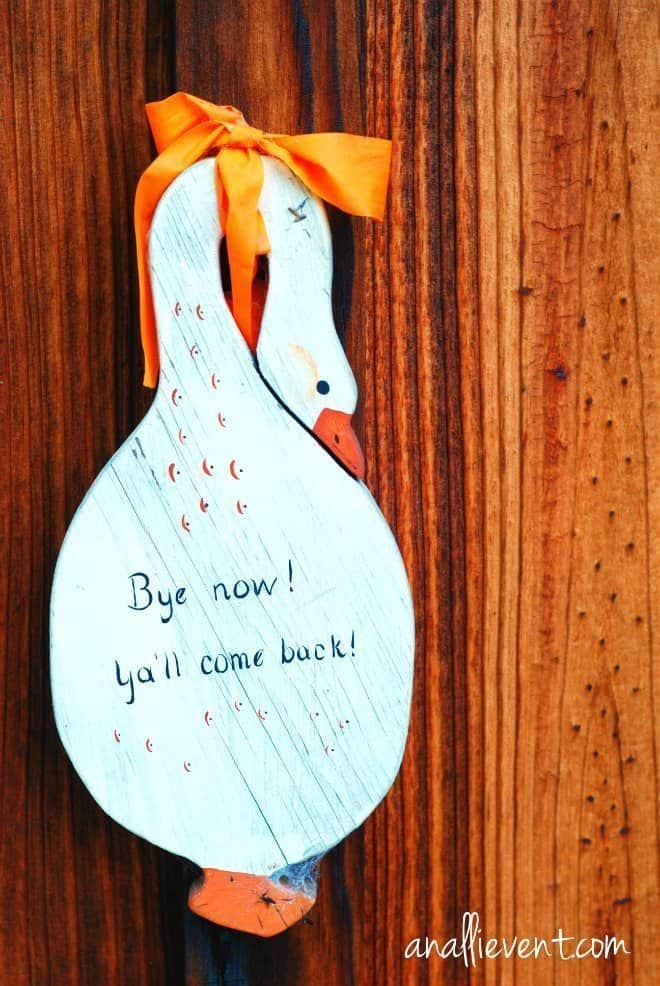 yall come back sign at the cabin in my hometown